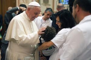A Assise le pape bénit un enfant handicapé