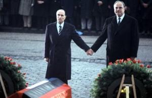 Le Président François Mitterrand et le Chancelier Helmut Kohl à Verdun, en 1984.