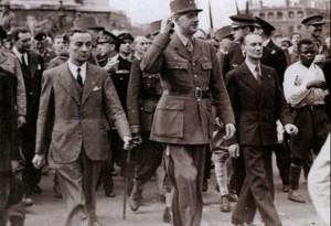 Le général de Gaulle descendant les Champs-Elysées le 26 août 1944. A sa gauche, Georges Bidault.