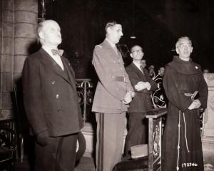 De gaulle en priere, le 26 août 1944